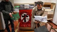 Des militants argentins rassemblent des milliers de formulaires d'apostasie à Buenos Aires, le 24 août 2018 [EITAN ABRAMOVICH / AFP]