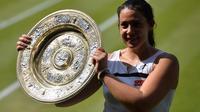La Française Marion Bartoli avec son trophée à Wimbledon le 6 juillet 2013 [Carl Court / AFP/Archives]