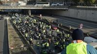 """Première manifestation de """"gilets jaunes"""" bloquant le périphérique, à Paris le 17 novembre 2018 [Lucas BARIOULET / AFP/Archives]"""