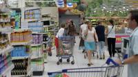Des clients dans un supermarché à Coutances, dans la Manche, le 18 août 2015 [Charly Triballeau / AFP/Archives]