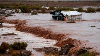 Un camion d'assistance sur le Dakar-2017 pris dans un torrent de boue le 6 janvier 2017 entre Tupiza et Oruro en Bolivie [FRANCK FIFE / AFP]
