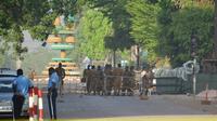 Des militaires sont postés devant le quartier général des forces armées à Ouagadougou, le 3 mars 2018 [Ahmed OUOBA / AFP]
