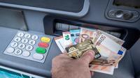 Les frais bancaires pénalisent particulièrement les personnes en difficulté financière, pour qui ils sont multipliés par presque dix par rapport à l'ensemble des clients [PHILIPPE HUGUEN / AFP/Archives]