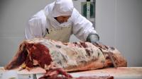 Un boucher découpe la viande en différents morceaux, en mars 2013 [Mehdi Fedouach / AFP/Archives]