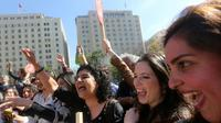 Des militants pro-avortement manifestent leur joie devant le tribunal Constitutionnel, le 21 août 2017 à Santiago au Chili [CLAUDIO REYES / AFP]
