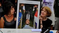 A Bayonne, le 25 août 2019, en marge d'un G7, des militants manifestent avec l'un des portraits de Macron décroché en France et renversé pour l'occasion [GEORGES GOBET / AFP/Archives]