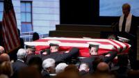 Des Marines portent le cercueil l'ancien astronaute John Glenn lors d'une cérémonie publique, le 17 décembre 2016 à Columbus (Ohio) [Paul Vernon / AFP]
