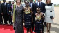 Le président de la Côte d'Ivoire, Alassane Ouattara,son épouse Dominique Ouattara, Emmanuel Macron et son épouse Brigitte Macron, à leur arrivée à Bouaké le 22 décembre 2019 [LUDOVIC MARIN / AFP]