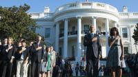Le président américain Barack Obama et son épouse Michelle Obama observent une minute de silence dans les jardins de la Maison Blanche à Washington, le 11 septembre 2015 [SAUL LOEB / AFP]