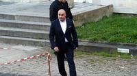 """Serge Ayoub (C), fondateur de la """"Troisième voie"""" arrive au tribunal d'Amiens le 27 mars 2017 [FRANCOIS LO PRESTI / AFP/Archives]"""