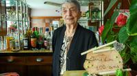 Marie-Louise Wirth, 100 ans révolus, continue d'officier derrière le comptoir de son bar, le 28 novembre 2017 à Isbergues, dans le Pas-de-Calais  [Philippe HUGUEN / AFP]