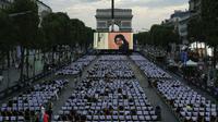 """Les Champs-Élysées transformés, le temps d'une soirée en cinéma géant,  avec la projection du film """"Les Visiteurs"""", le 1er juillet 2018 à Paris  [GEOFFROY VAN DER HASSELT / AFP]"""