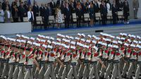 La Légion étrangère passe devant Donald Trump lors du traditionnel défilé militaire du 14 juillet à Paris en 2017 [CHRISTOPHE ARCHAMBAULT  / AFP/Archives]