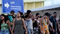 Des familles de détenus prient devant la prison de Puraquequara, dans le nord du Brésil, théâtre de violences meurtrières le 28 mai 2019 [Sandro Pereira  / AFP]