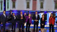 Les candidats à l'investiture démocrate arrivent sur le plateau du débat à Miami, en Floride, le 26 juin 2019  [JIM WATSON / AFP]