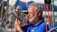"""Le Norvégien Are Wiig utilise un sextant sur son bateau """"Olleanna"""" aux Sables d'Olonne, le 30 , juin 2018, un tour du monde en solitaire [Damien MEYER / AFP]"""