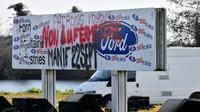 Des slogans contre la fermeture de l'usine Ford de Blanquefort peints sur un panneau à l'entrée du site, le 18 février 2019 [GEORGES GOBET / AFP/Archives]