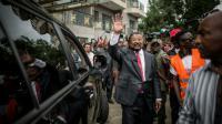 Le candidat Jean Ping salue ses partisans à Libreville, le 28 août 2016 [MARCO LONGARI / AFP]