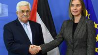 Le président palestinien Mahmoud Abbas (G) est accueilli par la cheffe de la diplomatie de l'UE Federica Mogherini le 27 mars 2017 à Bruxelles [EMMANUEL DUNAND / AFP/Archives]