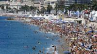 Des vacanciers sur la plage à Nice, le 27 juillet 2014 [Valery Hache / AFP/Archives]