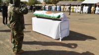 Un soldat présente ses respects à un officier tué par Boko Haram lors d'une précédente attaque dans la région de Diffa, près de la frontière entre le Niger et le Nigeria, à Niamey, le 19 mars 2016 [ISSOUF SANOGO / AFP/Archives]