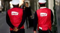 Des employés de la SNCF à la gare de Lyon, le 19 avril 2018 à Paris [Christophe SIMON / AFP/Archives]