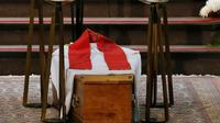 Une grande et simple croix en bois, un cercueil posé à même le sol... la sobriété des symboles aux obsèques du père Jacques Hamel contrastait mardi avec l'ampleur de la foule de milliers de personnes de toutes confessions venues partager leur émotion [CHARLY TRIBALLEAU / POOL/AFP]