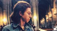 Julian Dorio, batteur des Eagles of death metal le soir de l'attentat au Bataclan se recueille à Notre Dame