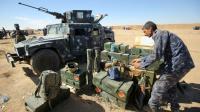 Un policier irakien prépare armes et munitions sur la base militaire de Qayyarah, à 60 kilometres de Mosoul le 16 octobre 2016 [AHMAD AL-RUBAYE / AFP]