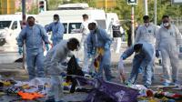 Des membres de la police scientifique recueillent des indices après un attentat suicide devant la gare d'Ankara, le 10 octobre 2015 en Turquie [Adem Altan / AFP]