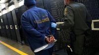 """Un prisonnier et un gardien dans le """"couloir de la mort"""" de la prison californienne de San Quentin le 15 août 2016 [JUSTIN SULLIVAN / GETTY IMAGES NORTH AMERICA/AFP]"""