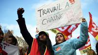 """Des employées des Ehpad manifestent mardi 30 janvier 2018 à Marseille portant des pancartes avec un slogan """"non au travail à la chaîne"""" [ANNE-CHRISTINE POUJOULAT / AFP]"""