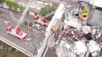 Les secours poursuivent leurs opérations de recherche, le 15 août 2018 sur le viaduc effondré de Morandi, en Italie (photo transmise par les pompiers italiens) [Handout / Vigili del Fuoco/AFP]