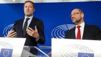 Le chef du gouvernement wallon, Paul Magnette (G) et le président du parlement européen Martin Schulz lors d'une conférence de presse, le 22 octobre 2016 à Bruxelles  [NICOLAS MAETERLINCK / BELGA/AFP]