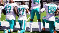 Geste de défiance face à Donald Trump, le 24 septembre 2017 avant le match de Miami Dolphins à Esat Rutherford face aux New York Jets [Steven Ryan / Getty/AFP]