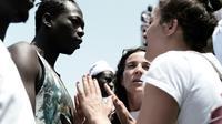 Une photo prise le 11 juin et distribuée par SOS Méditerranée montre des membres de l'ONG en train de parler aux migrants à bord de l' Aquarius [Karpov / SOS MEDITERRANEE/AFP]