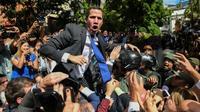 L'opposant vénézuélien Juan Guaido fait face aux forces de l'ordre lors de son arrivée devant le bâtiment de l'Assemblée nationale, le 7 janvier 2020 à Caracas.