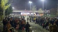 Des migrants attendent de traverser la frontière entre la Slovénie et l'Autriche depuis la ville slovène de Sentilj le 6 novembre 2015 [Rene Gomolj / AFP]