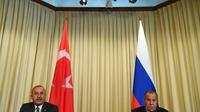 Le ministre des Affaires Etrangères russe Sergei Lavrov (à droite) reçoit son homologue turc Mevlüt Cavusoglu à Moscou, le 24 août 2018 [Kirill KUDRYAVTSEV / AFP]
