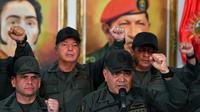 Le ministre vénézuélien de la Défense Vladimir Padrino (à droite) prononce un discours à Caracas, le 19 février 2019 [Yuri CORTEZ / AFP]