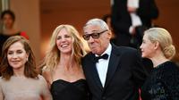 Isabelle Huppert, Sandrine Kiberlain, André Téchiné et Emmanuelle Beart, à Cannes le 22 mai 2017 [Alberto PIZZOLI / AFP]