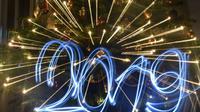 Des lampes led annoncent la nouvelle année 2019 devant un arbre de Noël à Budapest, le 30 décembre 2018 [ATTILA KISBENEDEK / AFP]