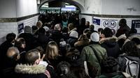Des personnes font la queue pour accéder au quai de la ligne 1 du métro à Paris, au 8ème de grève dans les transports contre la réforme des retraites, le 12 décembre 2019 [Philippe LOPEZ / AFP]