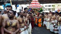 Des fidèles hindous s'apprêtent à tirer un char lors de la fête du dieu Ganesh, le 30 août 2015 dans le quartier de La Chapelle à Paris [ALAIN JOCARD / AFP]