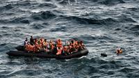 Embarcation de réfugiés et migrants au large de l'île grecque de Lesbos, le 30 septembre 2015 [Aris Messinis / AFP]