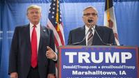 Le sheriff Joe Arpaio aux côtés de Donald Trump lors d'un meeting de campagne du futur président républicain, le 26 janvier 2016, à Marshalltown, dans l'Iowa. [SCOTT OLSON / GETTY IMAGES NORTH AMERICA/AFP/Archives]