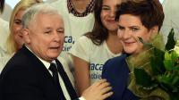 Jaroslaw Kaczynski (g), leader du parti Droit et Justice qui rassemblent les conservateurs catholiques eurosceptiques, et Beata Szydlo, candidate de ce même parti, le 25 octobre 2015 au soir des élections en Pologne [JANEK SKARZYNSKI / AFP]