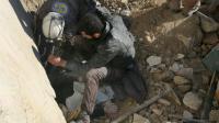 Des secouristes syriens extraient une victime d'un bombardement de décombres à Alep, le 4 février 2016 [THAER MOHAMMED / AFP/Archives]