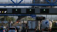 """Le """"Pont de Normandie"""" bloqué par des dockers le 19 mai 2016 à au Havre [CHARLY TRIBALLEAU / AFP]"""