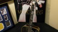 La guitare Gibson Dove offerte à Elvis Presley par son père en 1969 a été adjugée samedi 334.000 dollars lors d'enchères à New York [DON EMMERT / AFP]